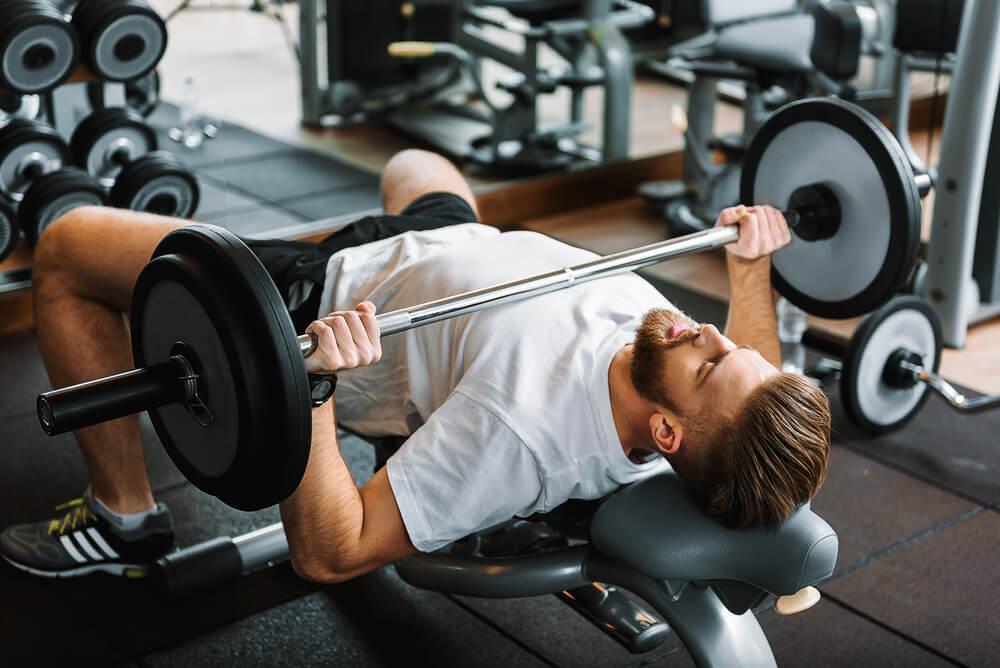 胸の筋肉を鍛えるにはベンチプレスがおすすめ