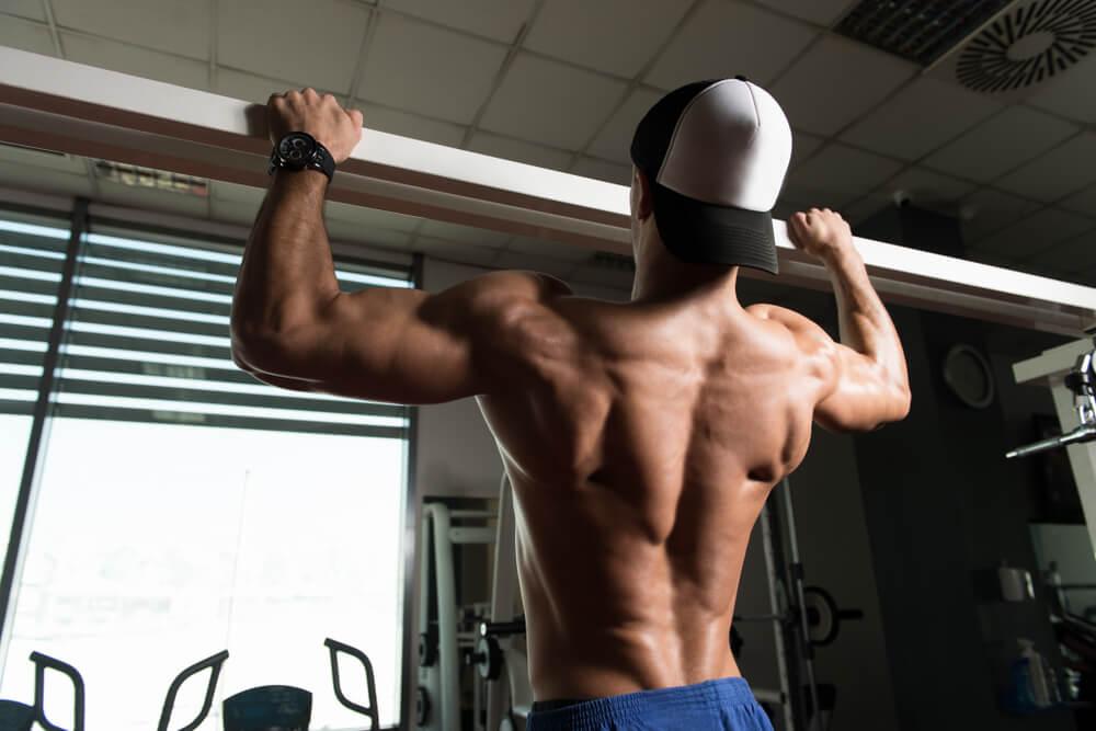 懸垂で広背筋をメインに鍛える場合