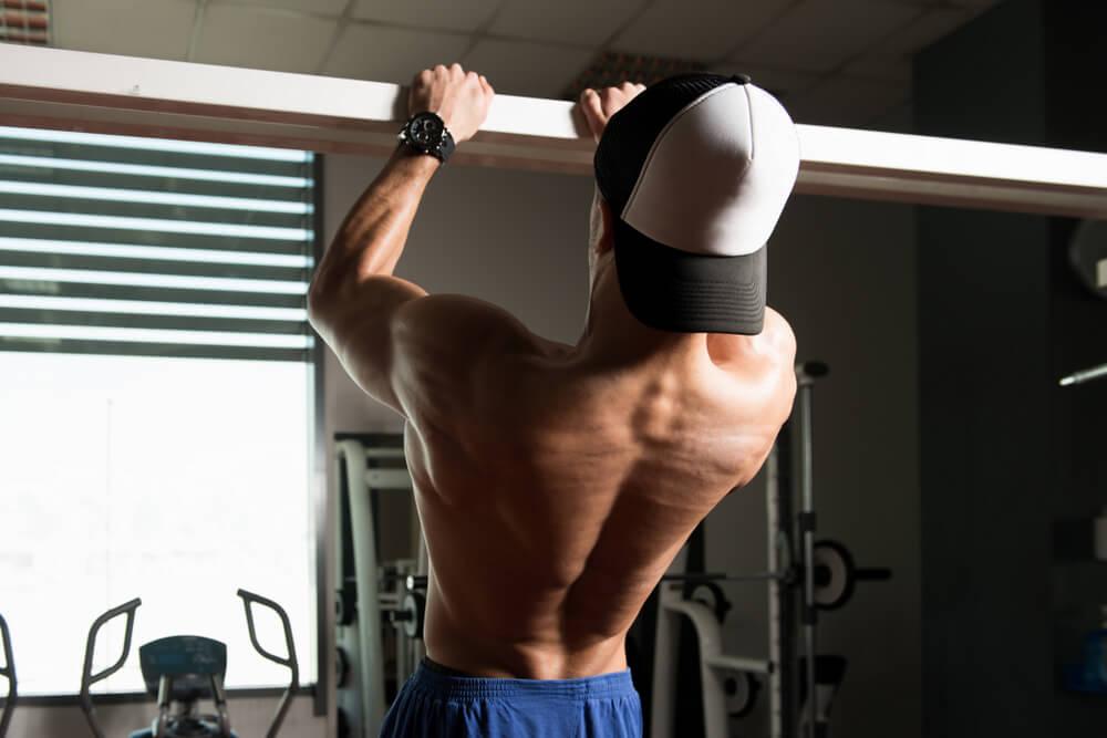 懸垂で上腕二頭筋と僧帽筋を鍛える場合