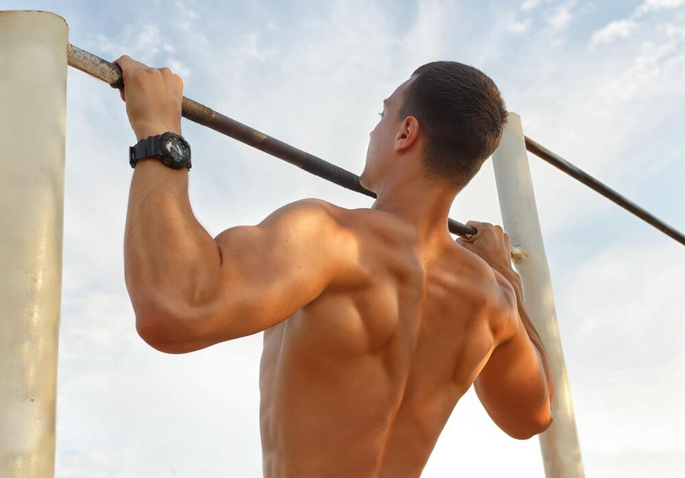 広背筋を効率よく鍛えるには懸垂がおすすめ!手軽にできる懸垂トレーニングを伝授